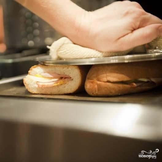 5. Нагрейте сковороду, выложите на нее пару сэндвичей и прижмите сверху тарелкой, подержите так в течение минутки, затем переверните и повторите процедуру. Прогрейте сэндвич до желаемой температуры.
