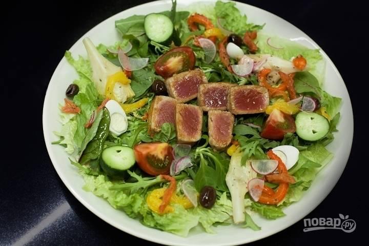 Потом добавьте кусочки тунца, маслины, немного листьев салата (по желанию). Еще можете полить заправкой из тунца.
