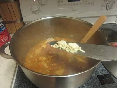 Через 30 минут проверьте достаточно ли жидкости, добавьте чеснок, уберите лавровый лист.