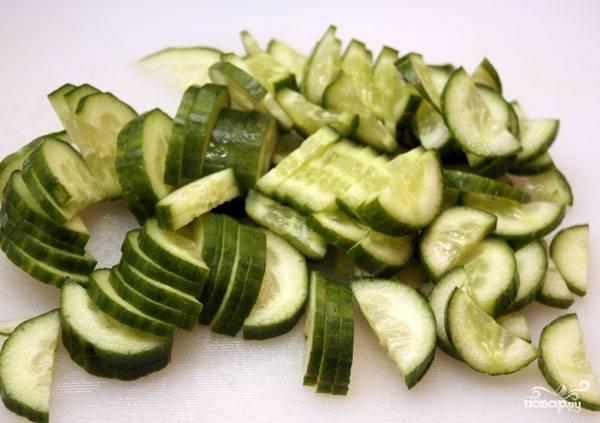 Овощи вымыть и обсушить. Нарезать огурцы.