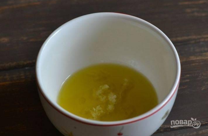 Зубчики чеснока очистите и натрите на терке. Вы можете измельчить чеснок при помощи острого ножа, пестика со ступкой или же пресса. Положите подготовленный чеснок к оливковому маслу.