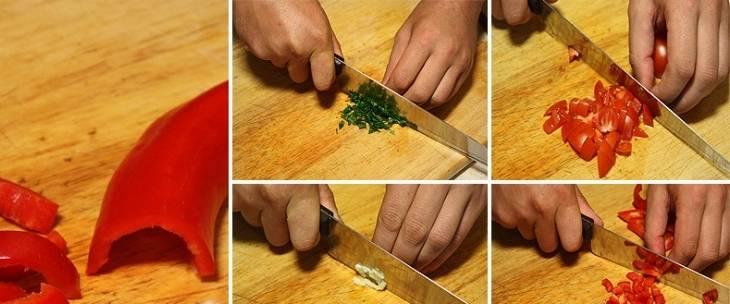 Помидоры и сладкий перец нарезаем кубиками. Чеснок и петрушку измельчаем как можно мельче.