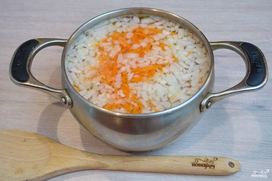 Картофель, лук и морковь поместите в кастрюлю к мясу и дайте закипеть. Варите 10 минут.