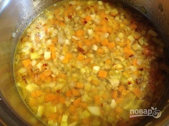 6. Наливаем воды столько, насколько густым вы хотите получить суп. И варим до готовности чечевицы. Время варки обычно указано на упаковке с чечевицей.