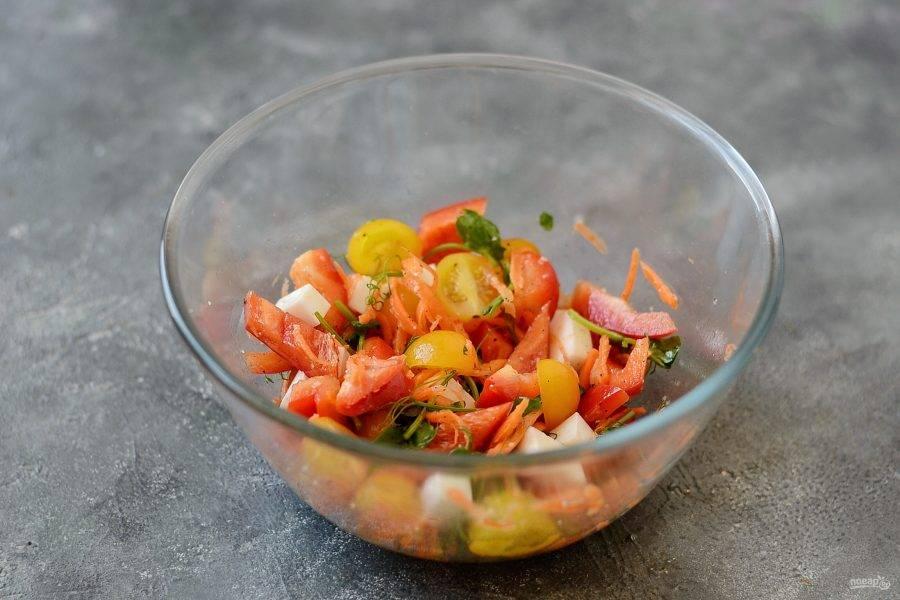 Заправьте салат белым винным уксусом и оливковым маслом. Посолите и поперчите по вкусу. Перемешайте.