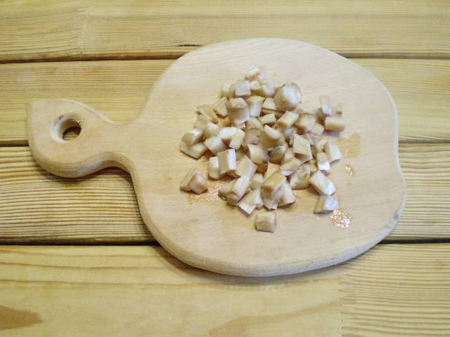 4. Ножки грибов нарежьте кубиками.