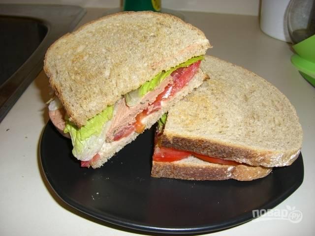 А второй бутербродик вышел нежнее и сочнее, с салатом и помидором. Каждый бутерброд нарезаю на 2 части, чтобы удобнее было есть.