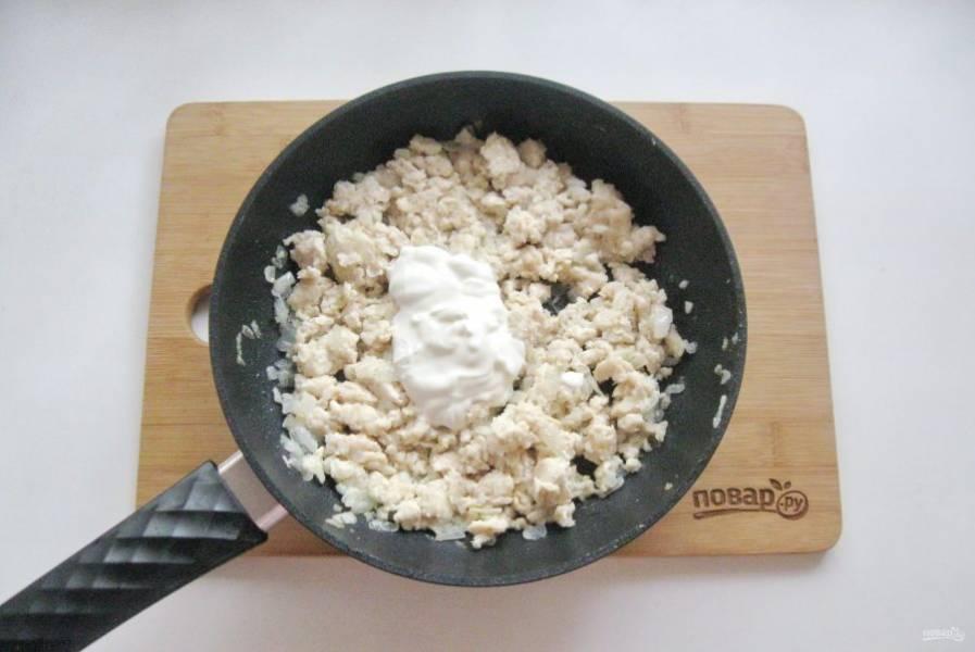 Затем добавьте сметану и перемешайте. Прогрейте фарш со сметаной еще 5-6 минут.