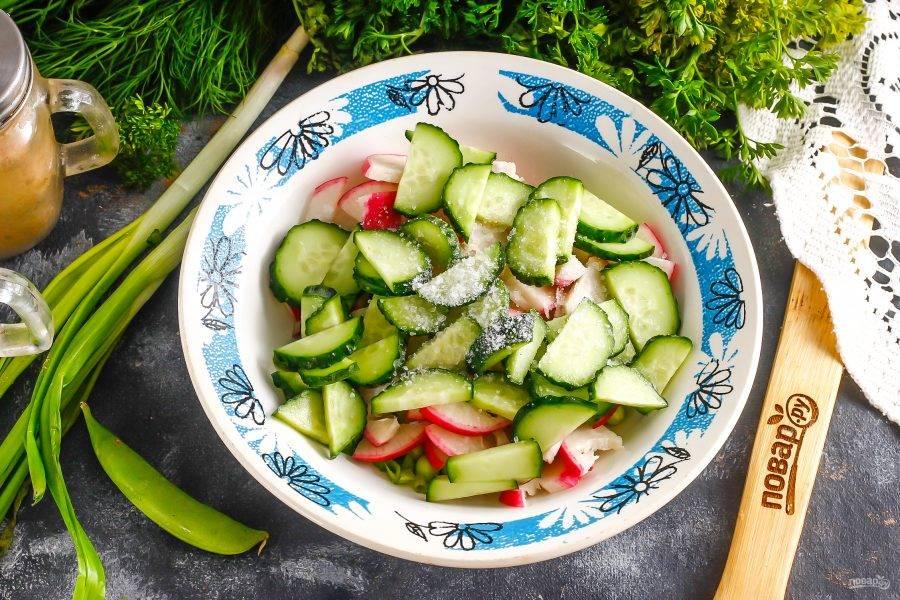 Всыпьте соль и влейте тыквенное масло. По желанию можете добавить измельченную пряную зелень укропа или петрушки, если любите ее в салатах. Аккуратно все перемешайте.