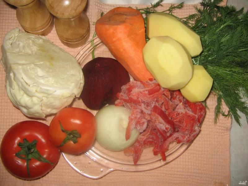 Моем и чистим все необходимые нам продукты. Свеклу и морковку натираем на терке, а лук, картошку, помидоры и капусту нарезаем. Перед нарезкой помидоры обязательно обдаем кипятком, чтобы снять кожицу.