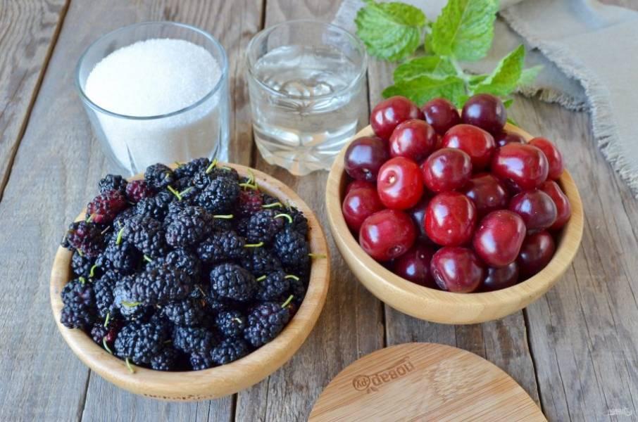 Подготовьте необходимые продукты: вишню, шелковицу, сахар и воду. Вода понадобится для того, чтобы облегчить процесс измельчения блендером.
