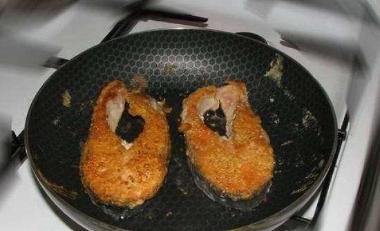 3. При необходимости переворачиваем еще раз. Рыба должна равномерно зажарится с двух сторон. Жарится рыба в общей сложности минут 15-20. Готовая рыба будет расслаиваться.