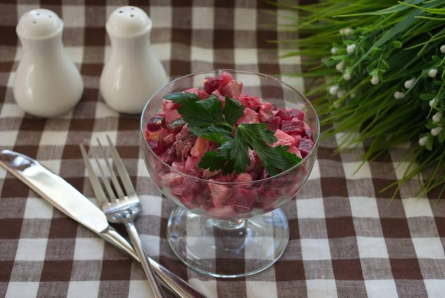 Подайте салат в красивых креманках или прозрачных пиалках, чтоб насладиться не только великолепным вкусом, но и яркостью красок.