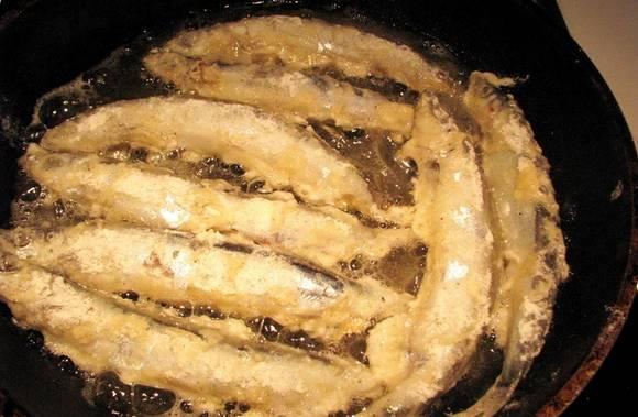 3. На сковороде разогреваем достаточно много растительного масла, и обжарим рыбу с двух сторон.