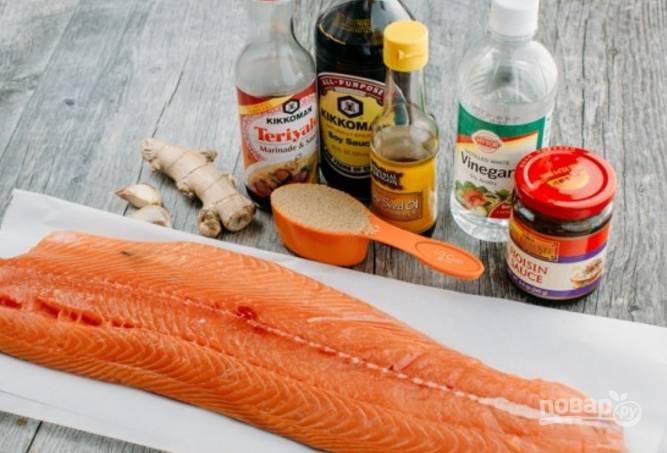 Подготовьте продукты. Рыбу порежьте на небольшие стейки.