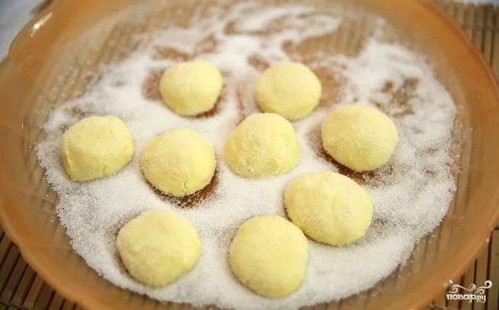 Когда масса из детской смеси доведена до полной однородности, её необходимо немного охладить. Поставьте ёмкость в холодильник минимум на 20 минут. Из охлаждённой массы можно начинать формировать конфеты желаемом формы. Я делаю это просто руками, а затем обваливаю конфетки в сахаре.