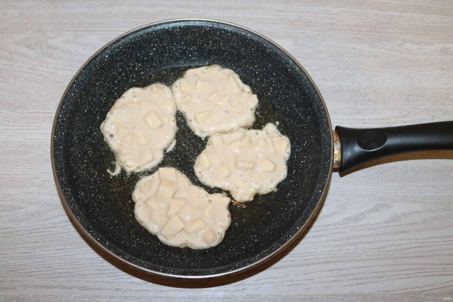 Выкладывайте тесто ложкой на разогретую сковороду с добавлением небольшого количества масла.