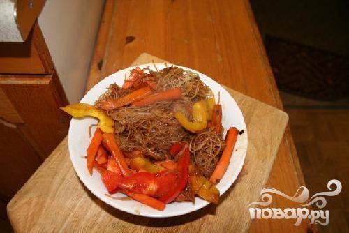 5.Обжарьте овощи с лапшой, постоянно перемешивая, до готовности. Овощи должны остаться хрустящими.