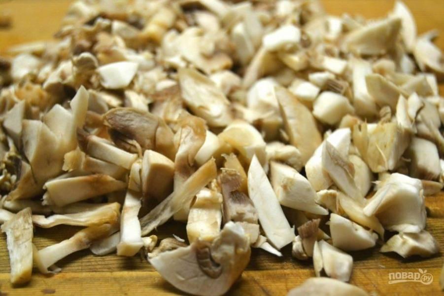 3.Нарежьте грибочки небольшими кусочками.