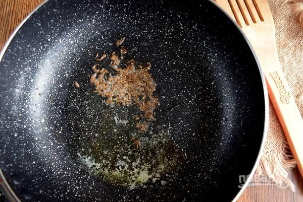 Растопите на сковороде масло, добавьте семена кумина, обжарьте их до потрескивания. Добавьте имбирь, мед и куркуму.