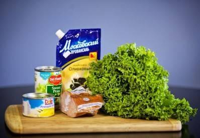 Подготовить продукты. Листья салата помыть и обсушить.