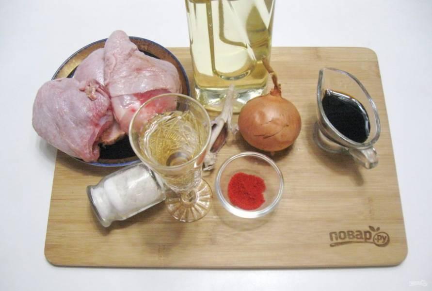 Подготовьте ингредиенты для приготовления курицы в вине.