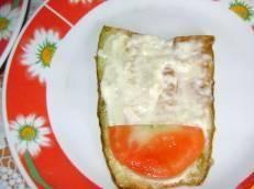 5. Теперь каждый ломтик смазываем чесночным соусом, и выкладываем кусочек помидора.