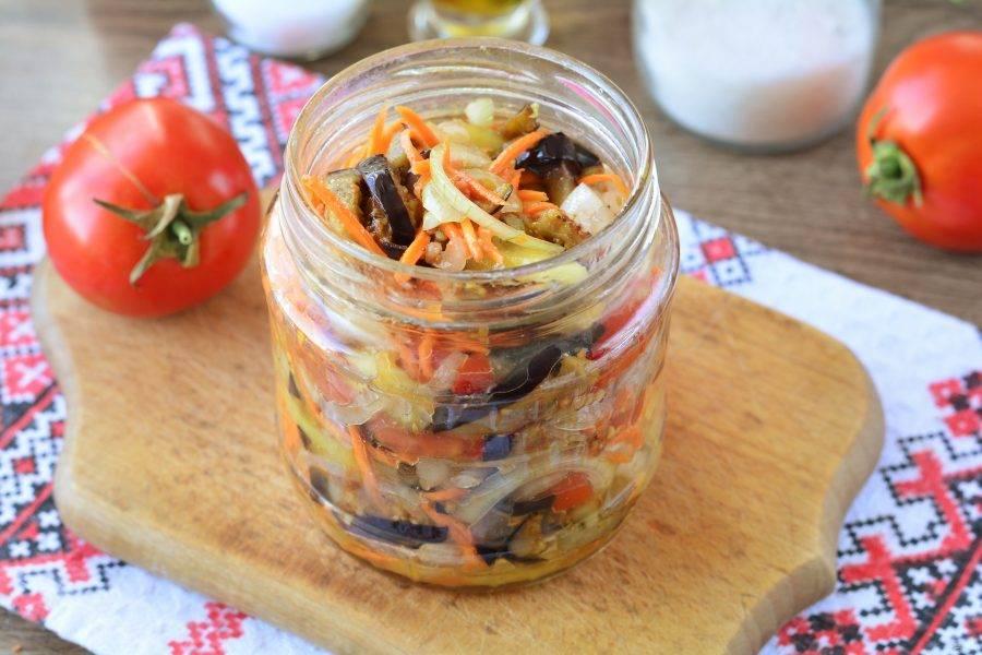 Наполните чистые простерилизованные банки овощами вместе с соком-маринадом. Плотно наполните банки.