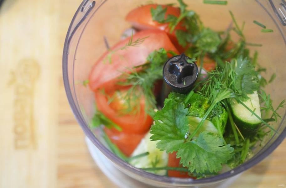 В чашу блендера сложите все крупно нарезанные овощи, 2/3 перцев, укроп, лук, петрушку, лимонный сок.