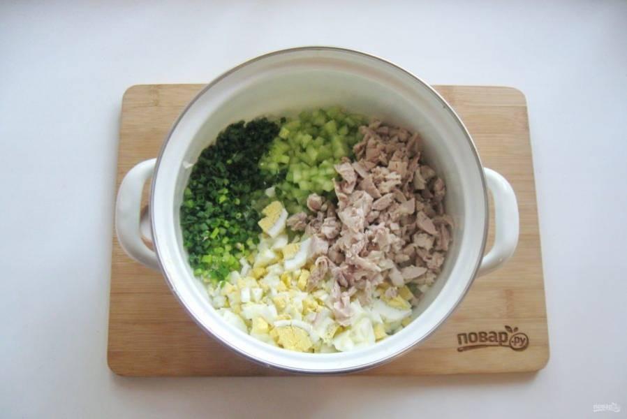 5. Отварное мясо мелко нарежьте и выложите в кастрюлю.