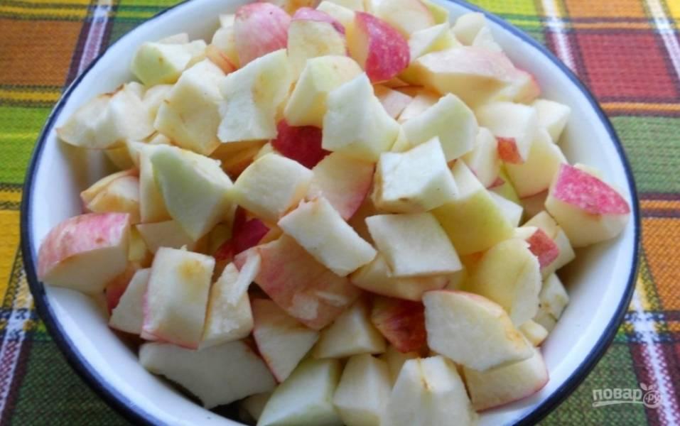 4.Яблоки мою и разрезаю, вычищаю семена, затем нарезаю фрукты небольшими кусочками.