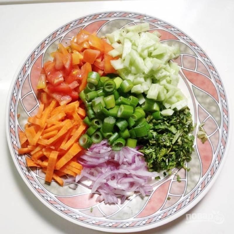 2.Морковь чищу и нарезаю брусочками, томаты и огурец нарезаю кубиком, репчатый лук нарезаю тонкими полукольцами, а зеленый лук и петрушку мелко.