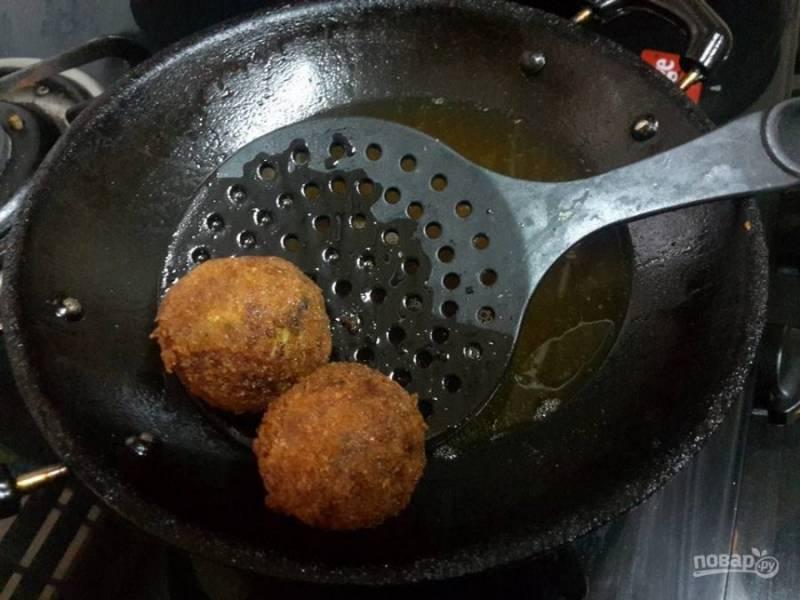 6. Обжарьте шарики в кипящем масле до золотистой хрустящей корочки.