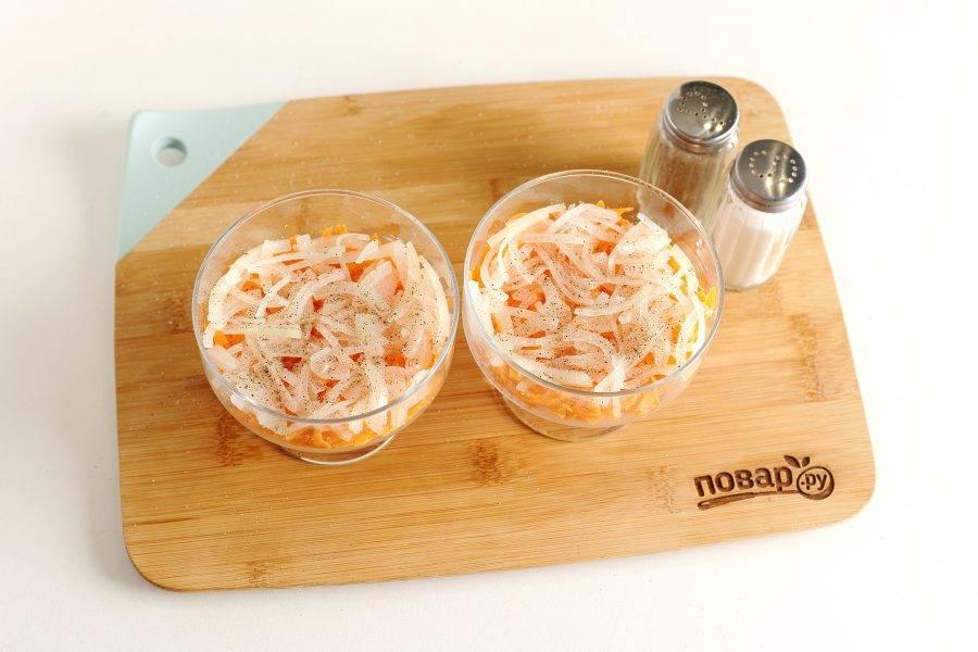 Сверху распределите нарезанный тонкими четвертинками лук (чтобы лук не горчил, его предварительно можно обдать кипятком). Посыпьте слои солью и молотым перцем.