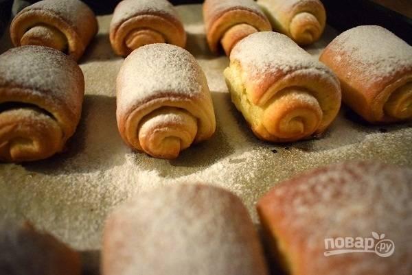 Духовку разогрейте до 180 градусов. Выпекайте булочки 20 минут до легкого румянца, немного остудите и посыпьте сахарной пудрой.