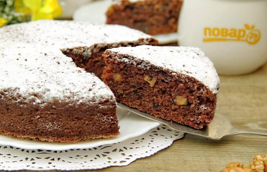 Украсьте пирог сахарной пудрой и подавайте к столу. Приятного аппетита!