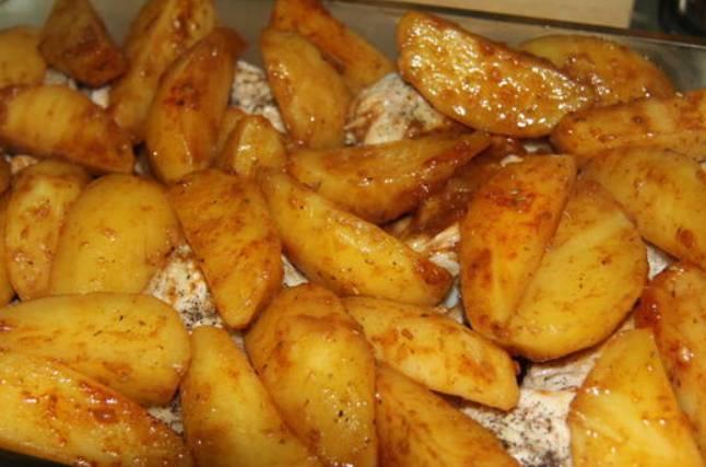 Перекладываем картофель на противень. Запекаем в духовке до полной готовности. Температура 220 градусов.