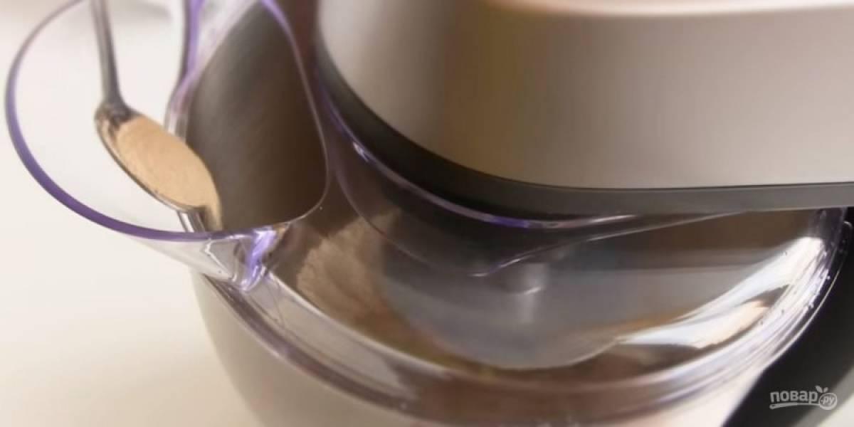 1. Замесите тесто: просеянную муку с солью перемешайте (если используете комбайн, перемешивайте на 2-ой скорости). Затем добавьте воду, сухие дрожжи и растительное масло.