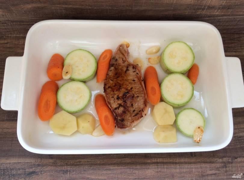 7. Выкладываем мясо и овощи в форму для запекания, отправляем в духовку на 25 минут. Запекаем при температуре 180 градусов.