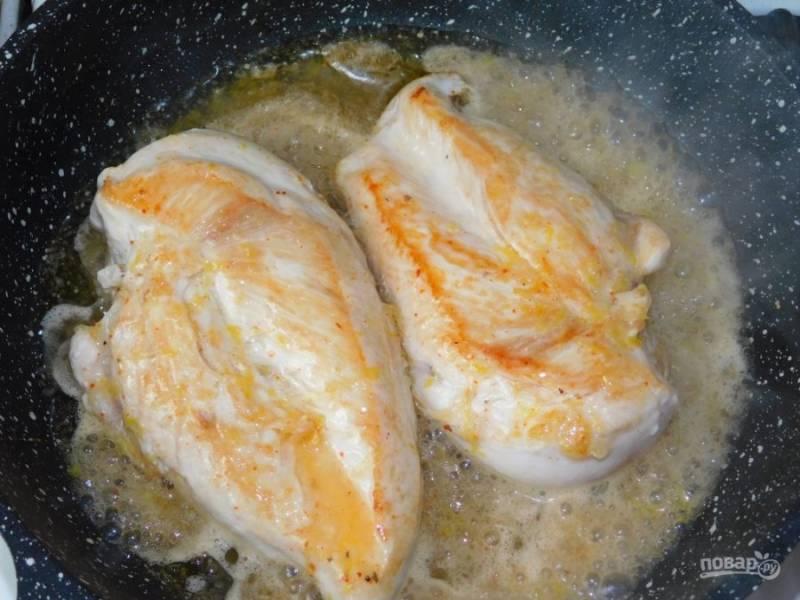 Залейте курицу лимонно-медовой смесью, уменьшите огонь и тушите 20-30 минут. Курицу периодически переворачивайте, чтобы она равномерно пропиталась соусом.