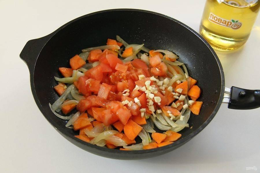 У помидора сделайте крестообразный надрез ножом и подержите его пару минут в кипятке, после чего снимите шкурку, нарежьте мякоть кубиками и добавьте в сковороду к луку и моркови. На этом же этапе добавьте измельченный ножом чеснок.