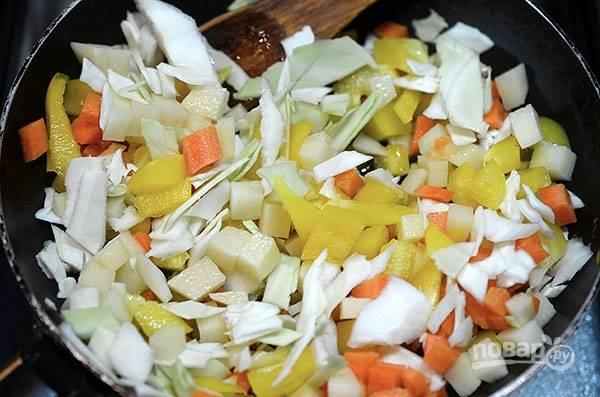 В сковороду с разогретым маслом выложите овощи и пряности. Не забудьте посолить, обжарьте минут 5. Затем добавьте воду и тушите до мягкости.