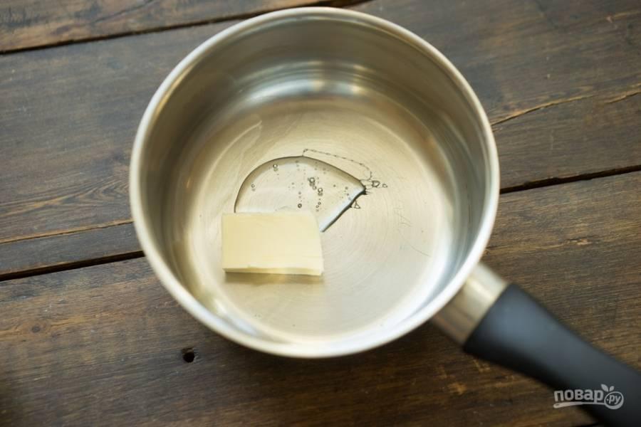 Теперь займитесь начинкой, а именно — нугатином. Сироп глюкозы со сливочным маслом доведите до кипения в сотейнике.