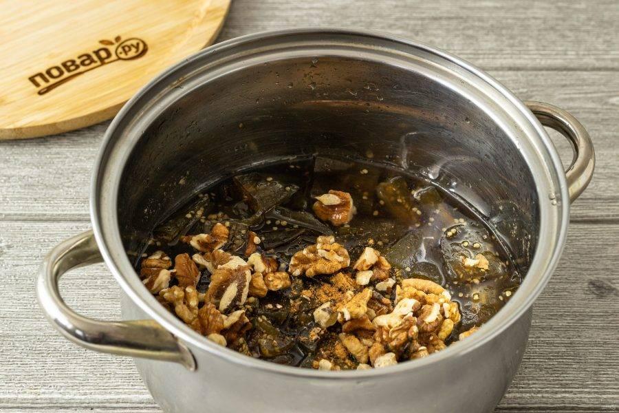 Добавьте в кастрюлю молотые пряности, лимонный сок и грецкие орехи. Снова доведите до кипения. Проварите еще 30 минут.
