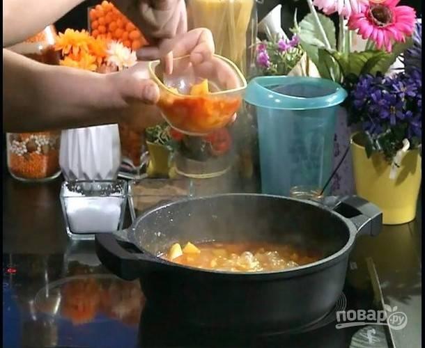 Отложите немного вареного картофеля в мисочку, добавьте томатную пасту, разомните и верните в кастрюлю. Перемешайте и варите суп при слабом кипении еще 5 минут.