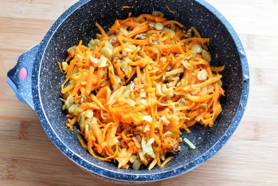 Грибы нарежьте мелкими ломтиками и обжарьте до легкого румянца. Затем добавьте нашинкованный лук и жарьте еще пару минут. Добавьте тертую морковь и тушите, помешивая, до мягкости моркови.