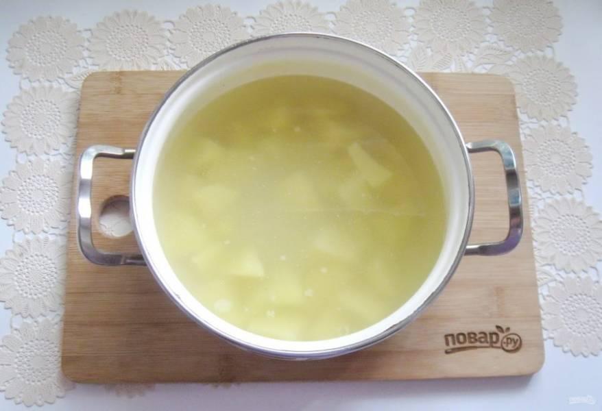 Налейте бульон в кастрюлю с картофелем и поставьте на плиту.