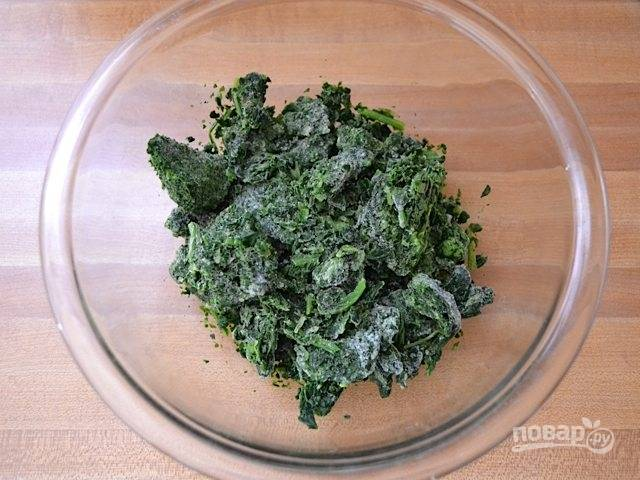 1.Выложите шпинат в миску и отправьте в микроволновую печь на 1 минуту, чтобы он растаял.