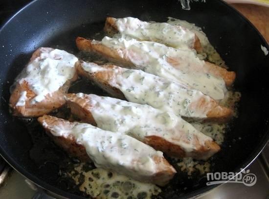 6.Каждый кусочек на сковороде смазываю сметанным соусом.