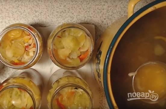 Если вы закрываете салат без последующей стерилизации, не снимая кастрюлю с огня, раскладываем салат по простерилизованным банкам.
